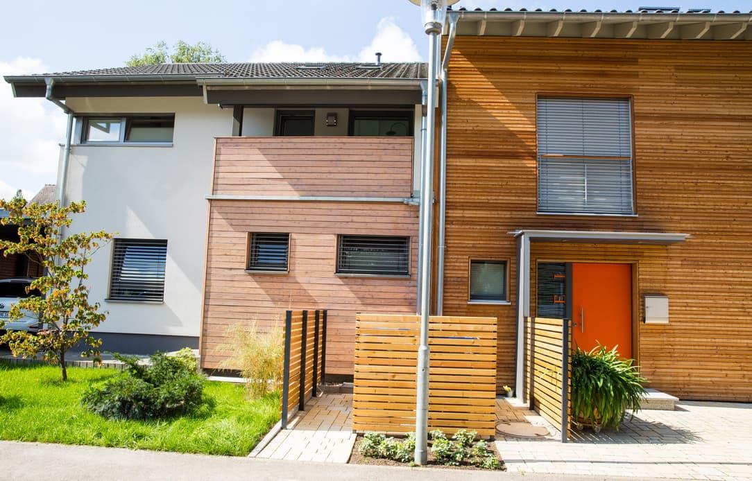 Pflaster in bestehende Anlage Doppelhaus rechts integrieren