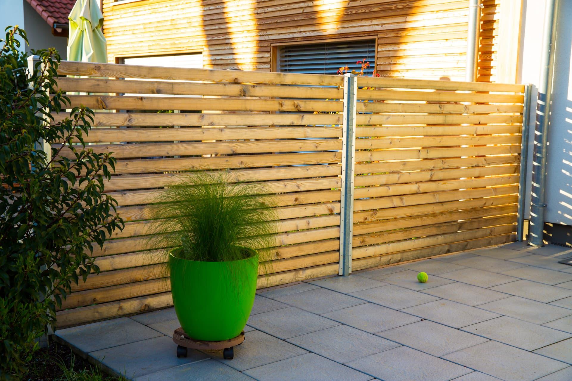 Sichtschutz für Terrasse Sichtschutz aus Holzprofilen unter Verwendung bestehender Pfosten