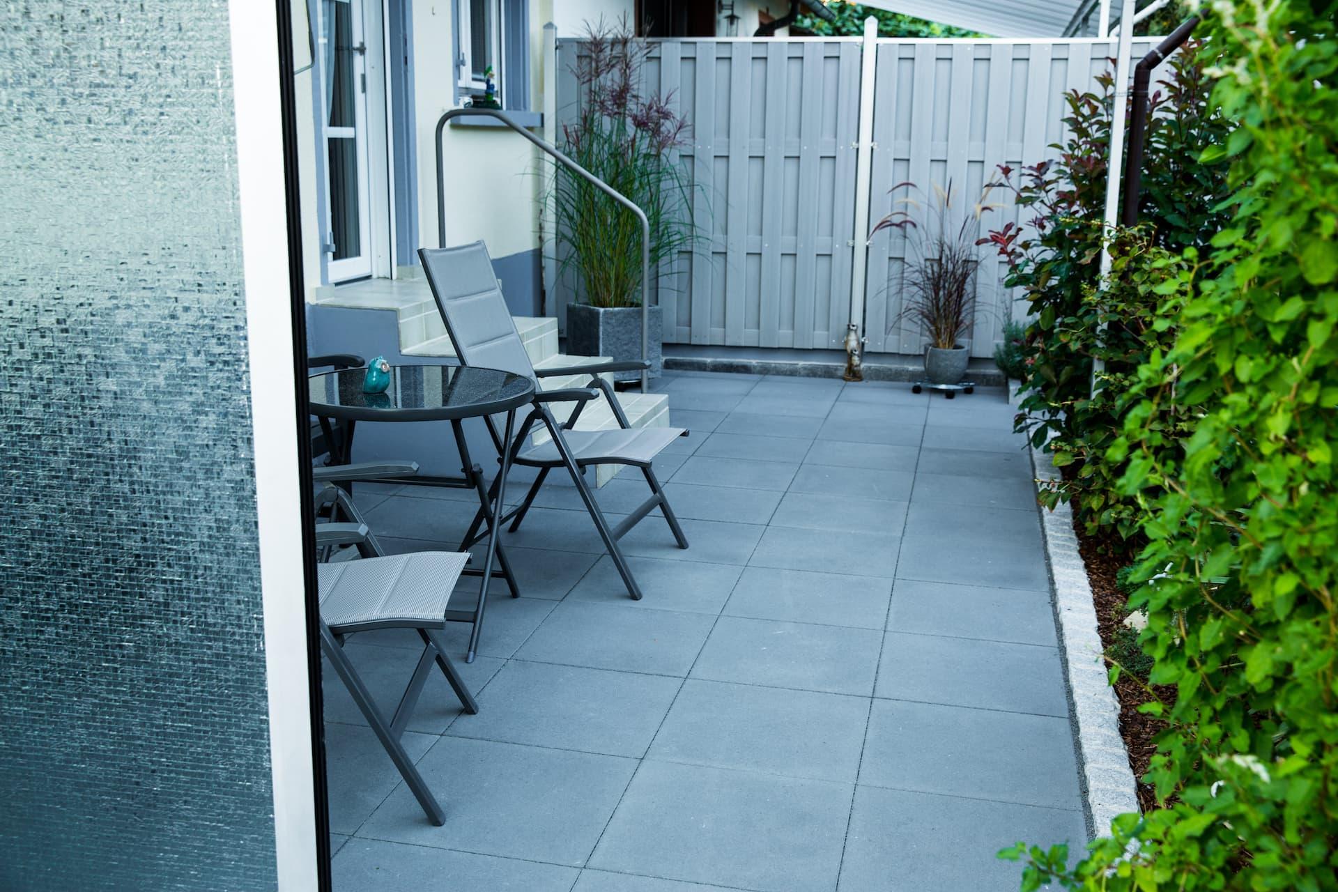 Terrasse mit Betonplatten 50x50x8 cm von Birkenmeier, La Senza Carbon