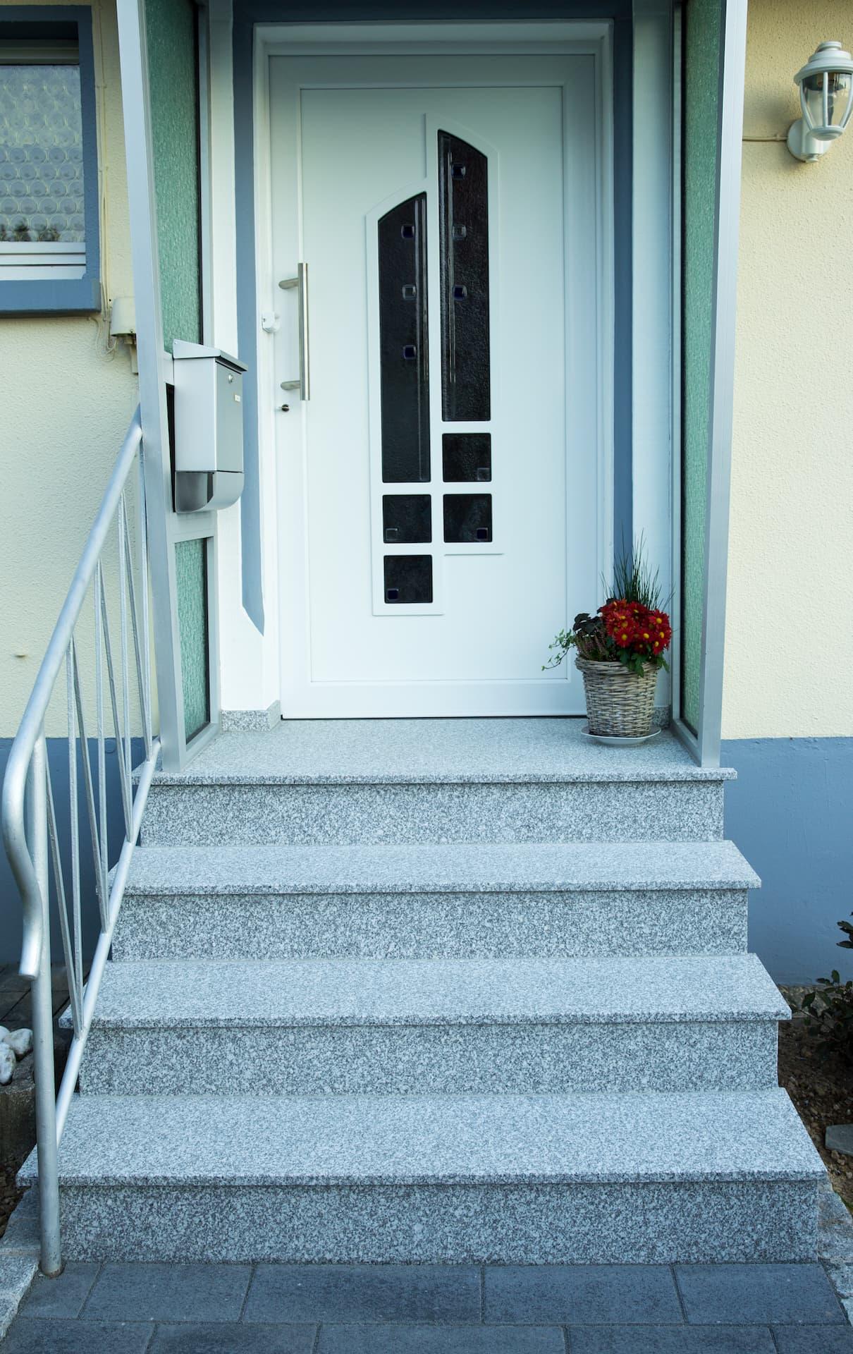 Hauseingangstreppe Belegung der bestehenden Treppe mit Granitplatten